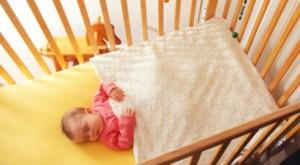 karyolada örtülü bebek
