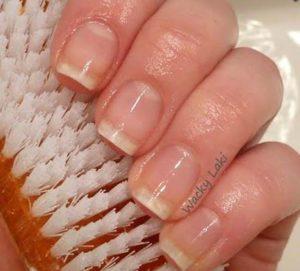 French manikürlü gibi duran bembeyaz tırnaklar için tırnak fırçası ve diş macunu