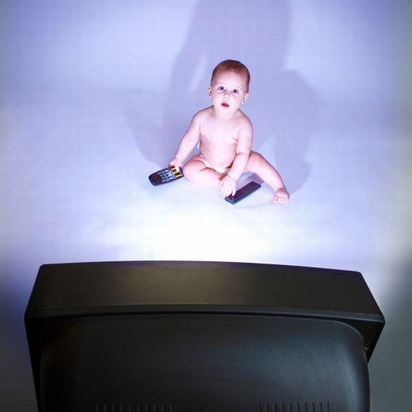 Neden bebeğimize 2 yaşına kadar TV izlettirmemeliyiz?