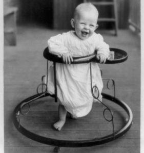 Bebekler ne zaman yürütece konur? Yürüteçler tehlikeli veya zararlı mıdır?