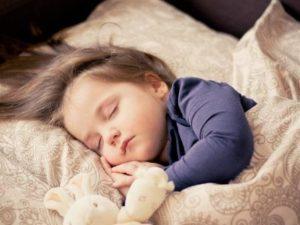 Bebeklerde gündüz 2 uykudan 1 uykuya ne zaman geçmeli?